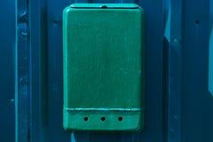Cassetta delle lettere rossa con legno verde Immagine Stock