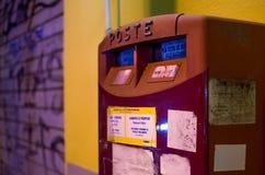 Cassetta delle lettere rossa urbana sulla notte Fotografia Stock