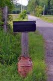 Cassetta delle lettere rurale in Rusty Old Milk Can Fotografie Stock Libere da Diritti