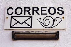 Cassetta delle lettere spagnola Il segno sulla parete bianca immagine stock libera da diritti