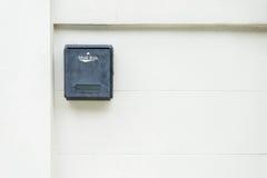 Cassetta delle lettere sul fondo bianco della parete fotografie stock libere da diritti