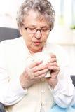 Cassetta di pronto soccorso della nonna, un'infusione delle erbe fotografie stock