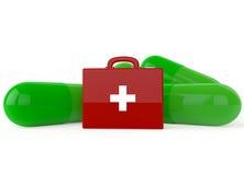 Cassetta di pronto soccorso di colore rosso con le capsule verdi Fotografia Stock Libera da Diritti