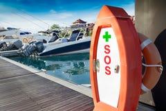Cassetta di pronto soccorso di SOS, sul porto del porticciolo Fotografie Stock