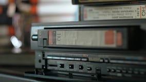 Cassetta di VHS che espelle dal videoregistratore archivi video