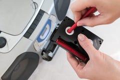Cassetta femminile di riavvolgimento della mano con una matita rossa immagine stock