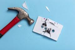 Cassetta fracassata martello fotografia stock libera da diritti