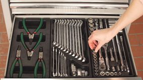 Cassetta portautensili femminile di Taking Instruments From del meccanico nel garage di riparazione archivi video