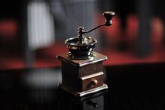 Cassetta portautensili per la molatura del caffè macinato classico sulla tavola fotografia stock