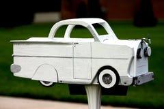 Cassetta postale bianca dell'automobile fotografie stock
