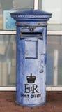 Cassetta postale britannica blu Immagini Stock Libere da Diritti