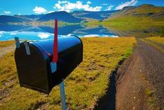 Cassetta postale dal lago tranquillo senza la residenza immagini stock libere da diritti