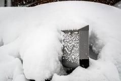 Cassetta postale innevata La neve dell'inverno ricopre una cassetta delle lettere Caos della neve ed allarme di catastrofe nell'i fotografie stock libere da diritti