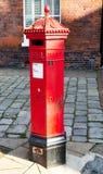 Cassetta postale rossa dell'ufficio postale di era della Victoria in via Fotografie Stock