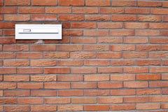 Cassetta postale in un muro di mattoni fotografie stock