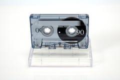 Cassette compacte audio de cru Cassette sur un fond blanc, vue de face avec la boîte photo libre de droits