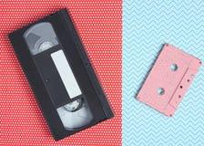 Cassette de cassette et vidéo sonore sur le fond créatif, milieu 80s Vue supérieure photographie stock libre de droits