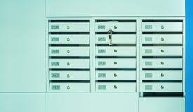 Cassette delle lettere e serratura nelle file all'entrata fotografia stock