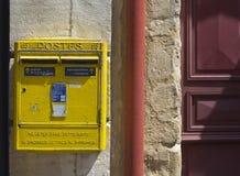 Cassette delle lettere francesi del metallo giallo Fotografia Stock Libera da Diritti
