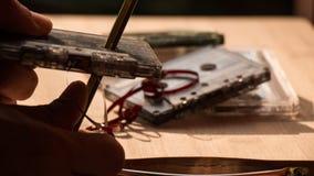 Cassette di nastro di riduzione dei prezzi sul fondo del bordo di legno Fotografie Stock Libere da Diritti