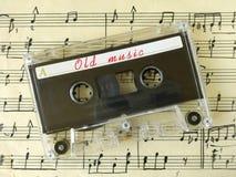 Cassette op oude bladmuziek Stock Afbeeldingen