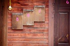 Cassette postali di legno su una parete immagini stock