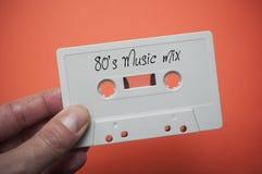 """cassette sonore blanche à disposition avec le texte """"mélange de musique des années 80 """" photo libre de droits"""