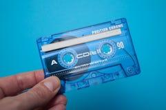 cassette sonore bleue à disposition sur le fond bleu image libre de droits