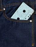 Cassette sonore bleue dans la poche avant des jeans image libre de droits