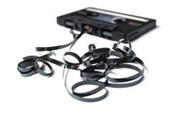 Cassette sonore de cru avec la bande magnétique dehors dessus image stock