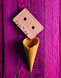 Cassette sonore en pastel colorée et klaxon vide de gaufre image stock