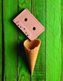 Cassette sonore en pastel colorée et klaxon vide de gaufre images libres de droits