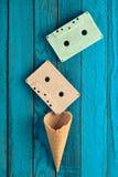 Cassette sonore en pastel colorée et klaxon vide de gaufre sur un fond en bois bleu Vue supérieure, tendance minimaliste image stock