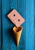 Cassette sonore en pastel colorée et klaxon vide de gaufre sur un fond en bois bleu Vue supérieure, tendance minimaliste photographie stock