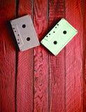 Cassette sonore en pastel colorée sur le fond en bois rouge Principal v image stock