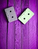 Cassette sonore en pastel colorée sur un fond en bois bleu Principal v photos libres de droits