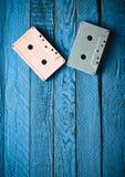 Cassette sonore en pastel colorée sur un fond en bois bleu Vue supérieure, tendance minimaliste photo libre de droits