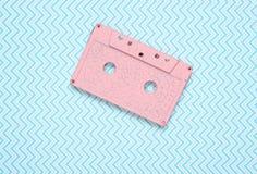 Cassette sonore en pastel de rose sur un fond bleu créatif Vue supérieure photos libres de droits