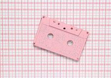 Cassette sonore en pastel de rose sur un fond créatif images libres de droits