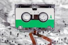 Cassette sonore sur la feuille de musique image stock