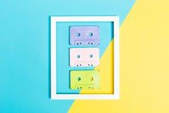 Cassettebanden en kader op gespleten achtergrond royalty-vrije stock foto's