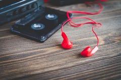 Cassettebanden en speler over houten lijst Royalty-vrije Stock Afbeeldingen