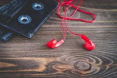Cassettebanden op de houten achtergrond Stock Afbeeldingen