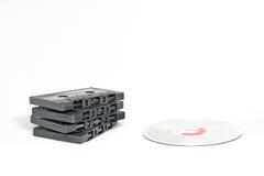 Cassettes contra los Cdes imagen de archivo