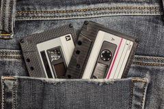 Cassettes de bande audio dans la poche de jeans images stock