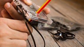Cassettes de bande de baisse de prix sur le fond de conseil en bois images libres de droits