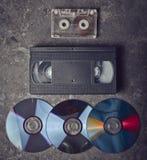Cassettes vidéo de configuration plate, CD& x27 ; s, cassette sonore sur un noir image stock