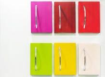 Cassetti colorati con le maniglie del metallo su un fondo bianco fotografie stock
