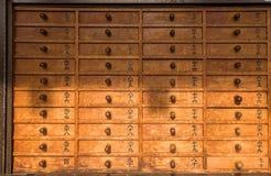 Cassetti con le risposte divine dall'oracolo di Senso-ji immagini stock libere da diritti