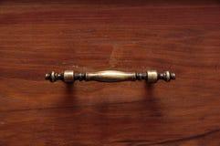 Cassetti di legno di vecchio gabinetto con le maniglie bronzee fotografia stock